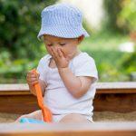 Gjør det noe om barnet spiser sand