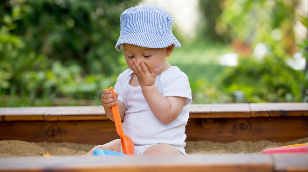 Barn + sand = sant. Sandlek er gøy, men selv om sand sjelden er skadelig å spise, kan det være lurt å begrense inntaket. Foto: iStock