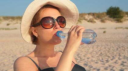 Vann er den beste tørstedrikken. Velg gjerne flaskevann i utlandet.