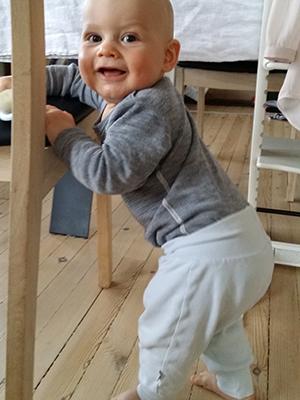 Opp og stå! Johan utvikler seg helt normalt. Foto: privat