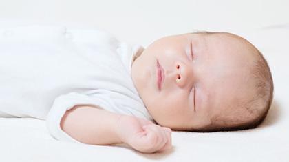 Babyen skal alltid legges på rygg i sengen.