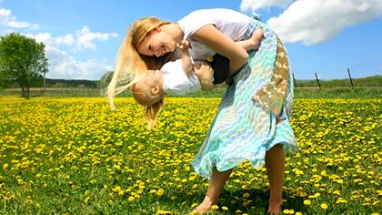 Dans gjerne med barnet – det trener både rytme, balanse og koordinasjon!