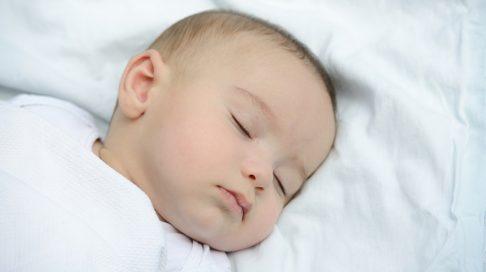 må baby sove på siden