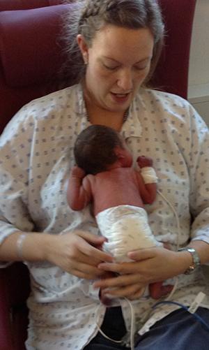 Mor og datter. Her er Inger johanne tre dager gammel – liten og koblet til masse ledninger. Foto: privat