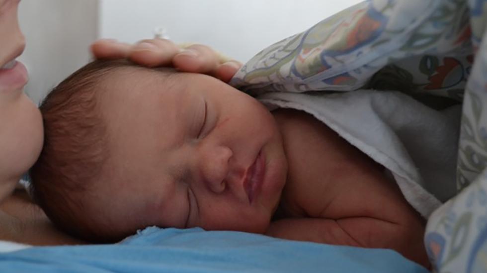 Endelig trygt på mors bryst. Foto: privat