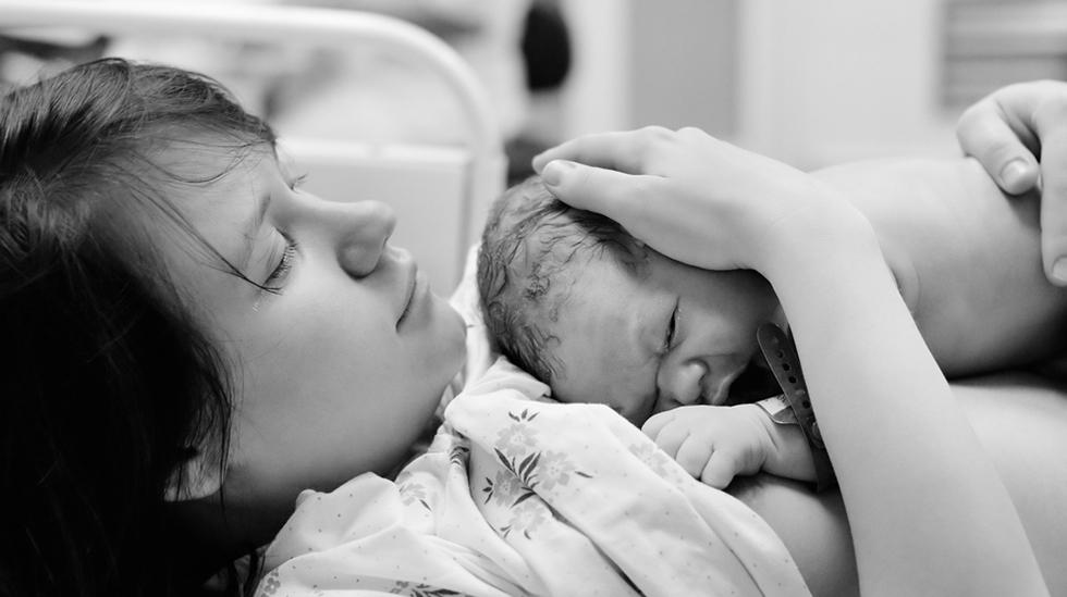 Jordmor observerer babyen mens dere får anledning til å bli kjent. Illustrasjonsfoto: Shutterstock