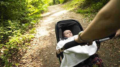 Velg en vogn hvor det er mulig å ha babyen vendt mot deg. Foto: Shutterstock