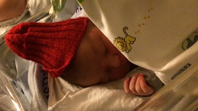 Rød lue til romjulsbaby. Foto: privat