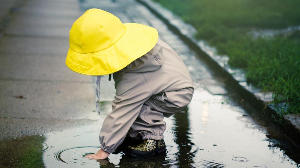 Det gøyeste leketøyet er gratis! Barn + vann = sant.
