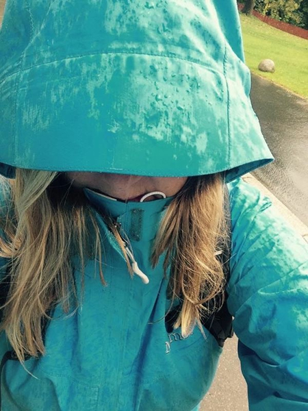 En mormor til unnsetning i regnet.