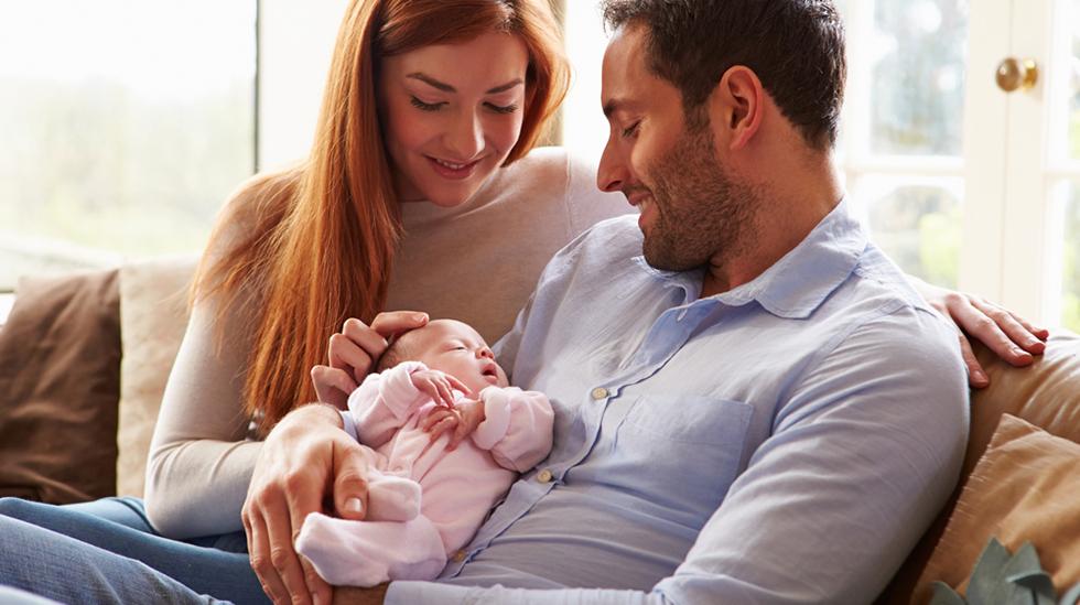 Er det til det beste for familien at mor går raskt ut i arbeid igjen etter fødselen? Illustrasjonsfoto: Shutterstock