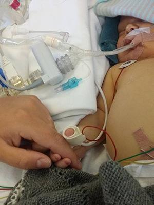 Theodor måtte ligge i ro før operasjonen. Foreldrene satt hos ham, og holdt ham i hånden. Foto: privat