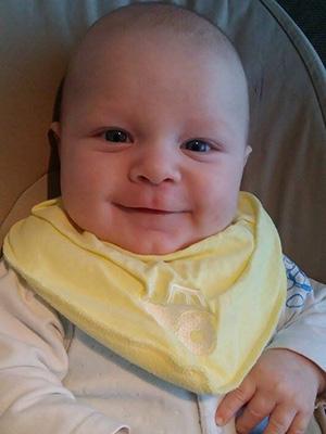 Bortsett fra arret på brystet er det lite som vitner om Theodors tøffe start på livet. Ifølge foreldrene er han en solstråle. Foto: privat