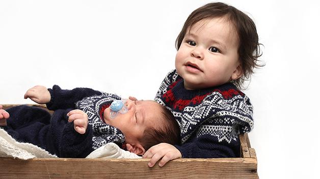 Storebror Matheo med lille Leander Andrè som var 1 måned da bildet ble tatt. Foto: Marius/privat