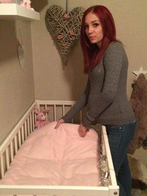 Babykulen er ikke så lett å skjule lenger, og det ønsker Malin heller ikke. Nå er det meste klart til jenta som er ventet i april. Foto: privat