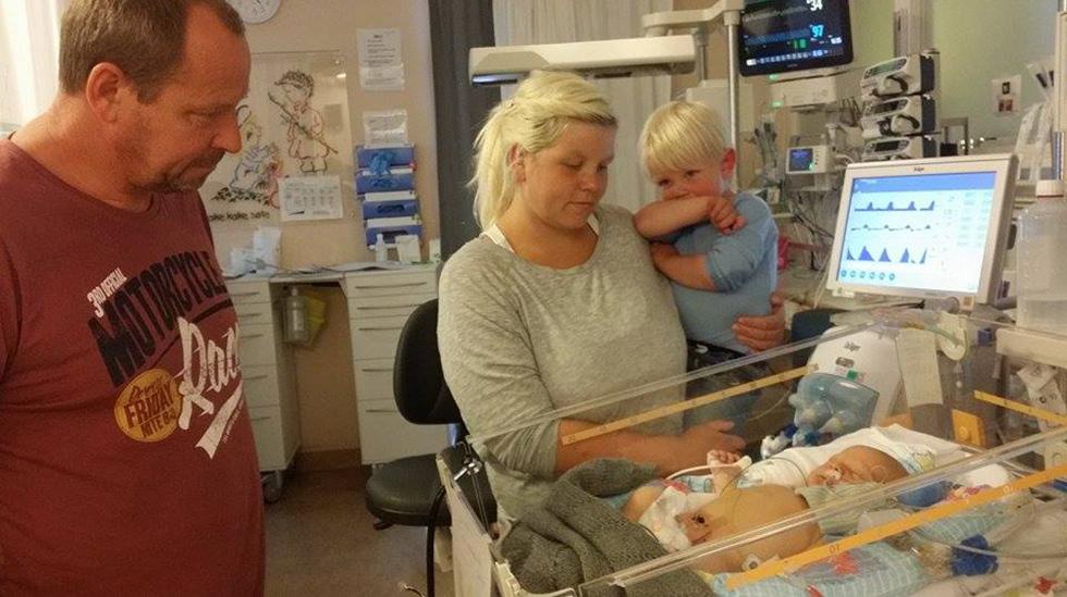 Her er Theodor på Rikshospitalet før operasjonen sammen med storebror, mamma og morfar. Foto: privat