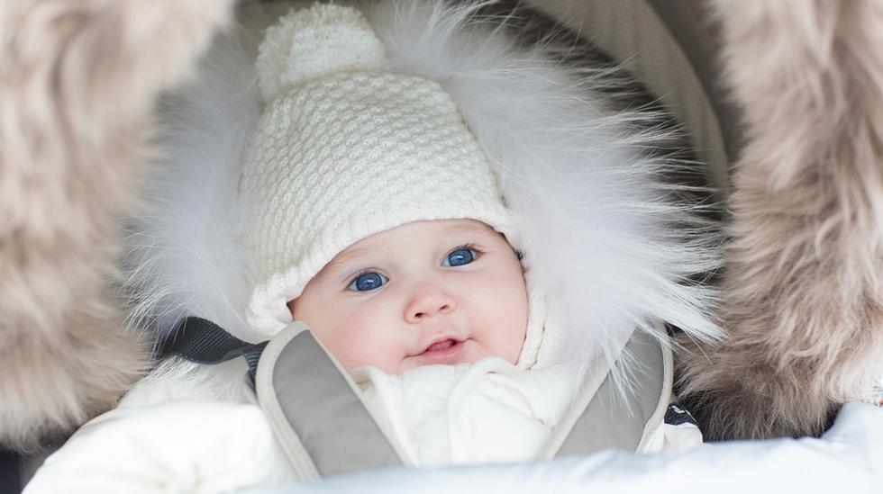 Det er viktig å kle barnet riktig i vinterkulden. Men pass på at det heller ikke blir for varmt! Illustrasjonsfoto: Shutterstock