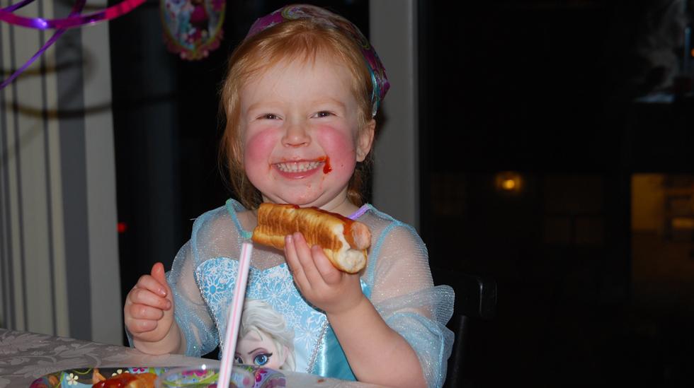 På fireårsdagen sin kunne Jenny spise akkurat det hun ville - fordi alle fikk mat som hun tåler. Kjempestas! Alle foto: privat