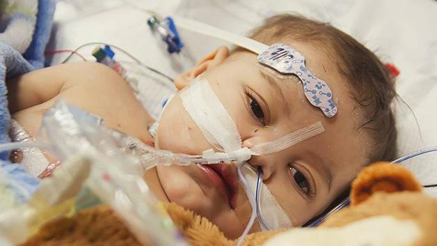 Lincoln etter hjertetransplantasjonen. Foto: Danielle Wakefield - www.akbirthphotographer.com
