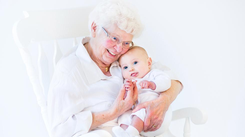 Hva med å kalle opp babyen etter oldemor? Tordis, Edith og Fernanda kan bli de nye motenavnene! Illustrasjonsfoto: Shutterstock