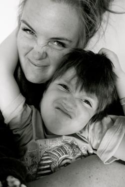 Thea sammen med sønnen Tidemann, som er fem år.