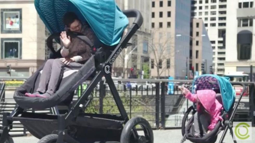 Et lite barn ser forundret opp på den gigantiske vognen. Foto: skjermdump fra YouTube