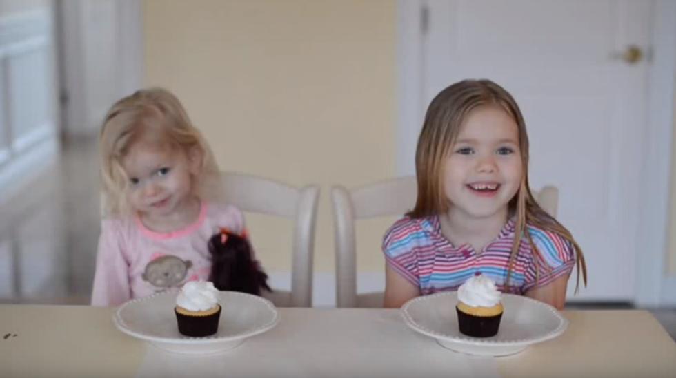 Jentene venter spent med hver sin cupcake - fasiten er i fyllet i midten. Foto: Skjermdump fra YouTube