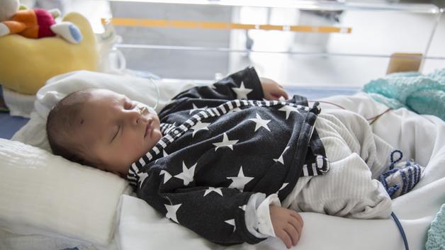 Gutten åtte dager etter fødselen. Foto: Pia Neuenschwander