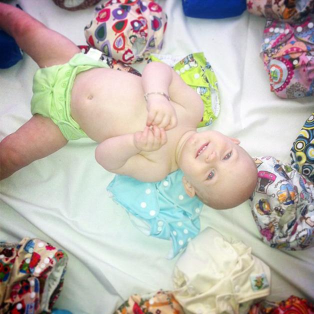 Hannahs sønn Ymir omgitt av fargerike tøybleier. Foto: Sigrun Asta Jörgensen