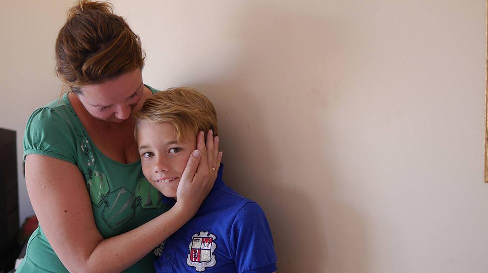 """Antisupermamma sammen med den eldste sønnen sin, som nå er ti år gammel. """"Jeg elsker deg høyere enn himmelen"""", skriver hun. Foto: privat"""
