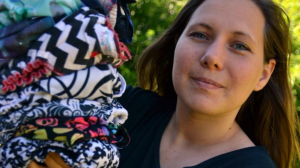 Da Hannah ble mamma til tvillinger, valgte hun å bruke tøybleier. Hun ville gjøre en innsats for miljøet, og fikk samtidig en hobby. Foto: privat