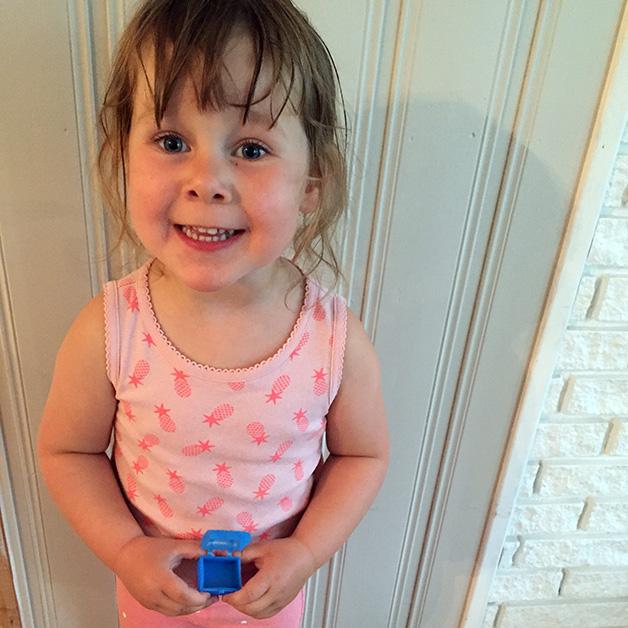 Storesøster Åsta (3) synes det er veldig stas å vise fram tannen.