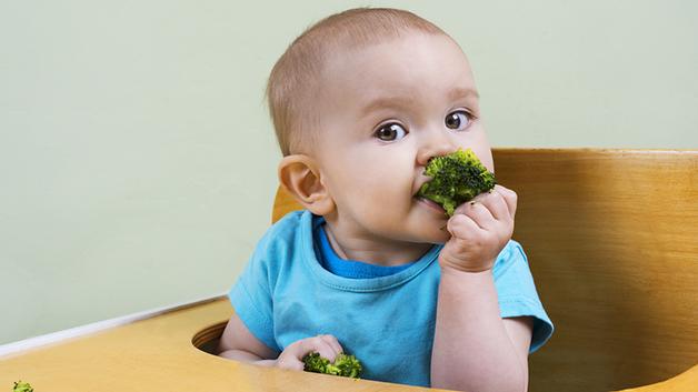 Hvis barnet skal prøve å spise selv, er det viktig at gønnsakene i starten er godt kokt. Illustrasjonsfoto: Shutterstock
