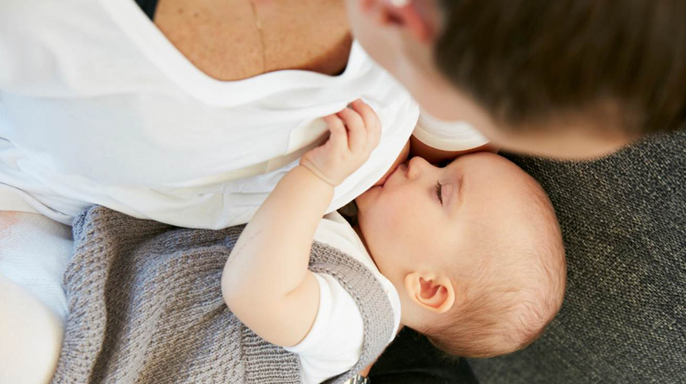 Trives mor og barn med ammingen, er det trygt med fullamming de første seks månedene. Men husk tilskudd av vitamin D. Foto: Ole Walter Jacobsen