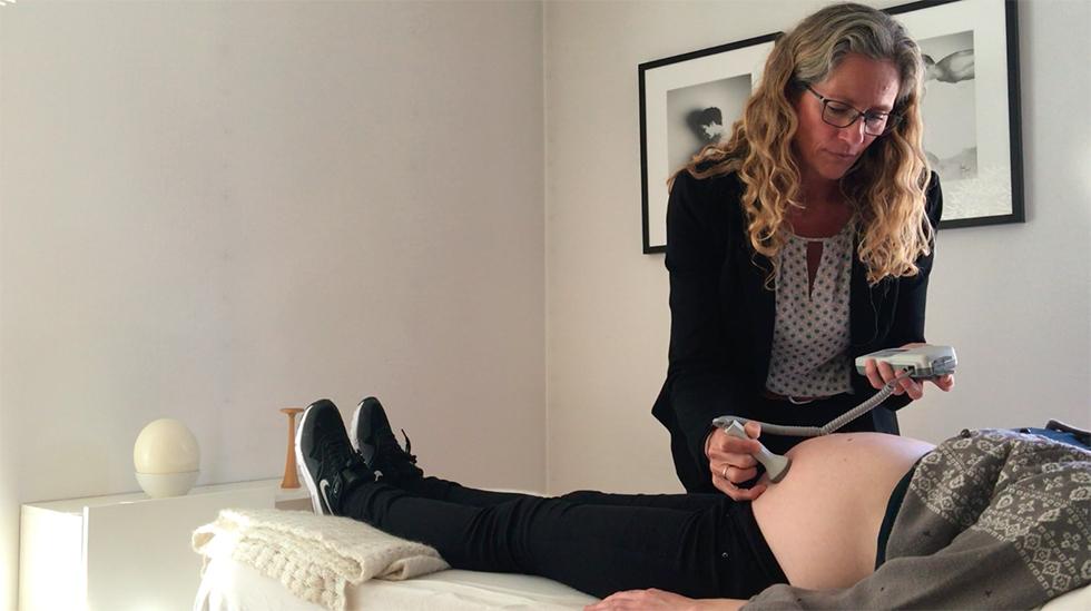 Her hører jordmor Ragna T. Larsen på hjertelyden til en kvinne som er 34 uker gravid. Foto: Janet Molde Hollund