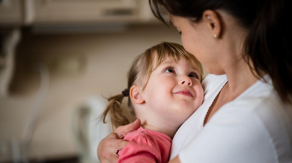 Måten barnet blir møtt av de voksne på, har stor betydning for utviklingen av selvfølelse. Illustrasjonsfoto: iStock