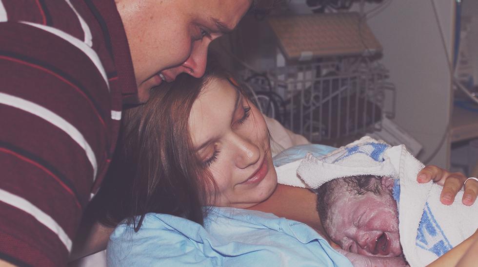 Pappa rakk akkurat å se lille Charlotta bli født. Foto: privat