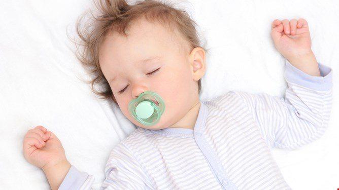 Så lenge barnet sover godt på natten, spiller det liten rolle hvor mye det sover på dagtid. Illustrasjonsfoto: Shutterstock