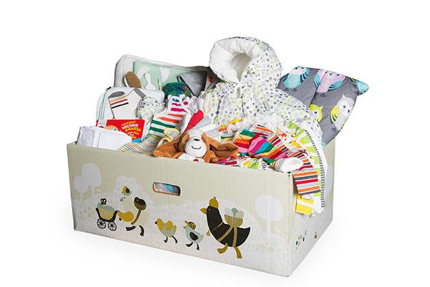Kassen, med målene 70 x 43 x 27 cm, kan brukes som babyens første seng. Her er den fylt opp med resten av utstyret. Foto: Annika Söderblom © Kela