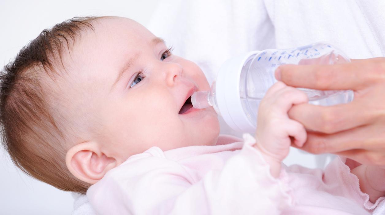 Babyer som ammes har ikke behov for ekstra tilskudd av vann, sier ammehjelper Tonje. Illustrasjonsfoto: iStock