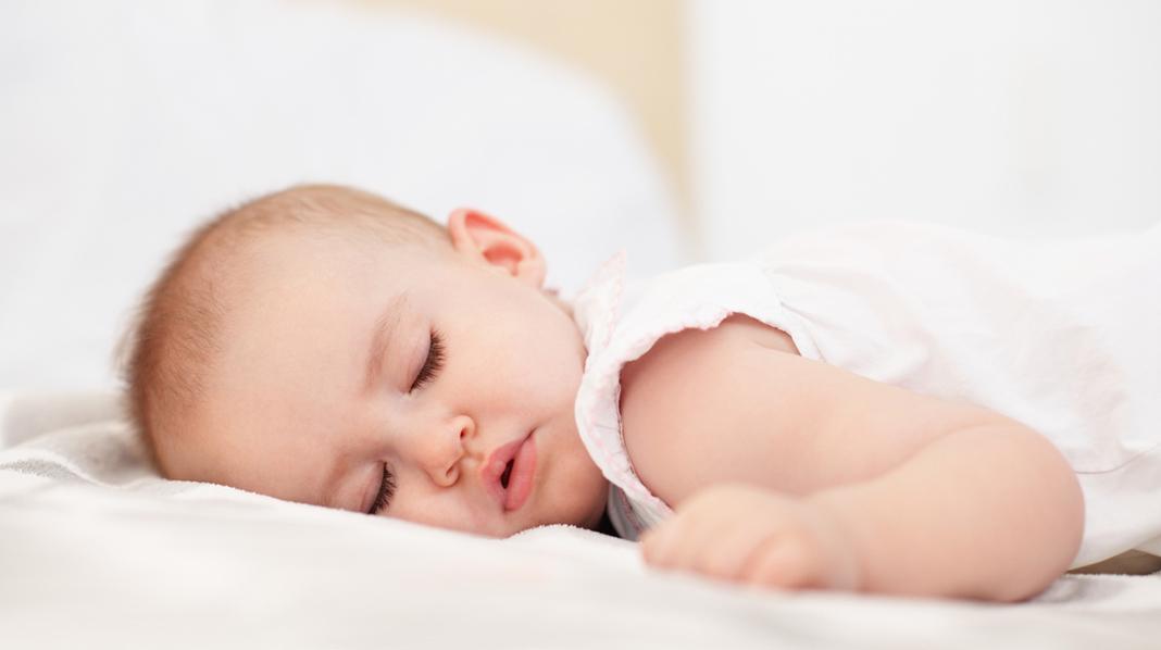 Bør du snu barnet tilbake, eller er det greit dersom barnet selv snur seg over på magen i løpet av natten? Illustrasjonsfoto: iStock