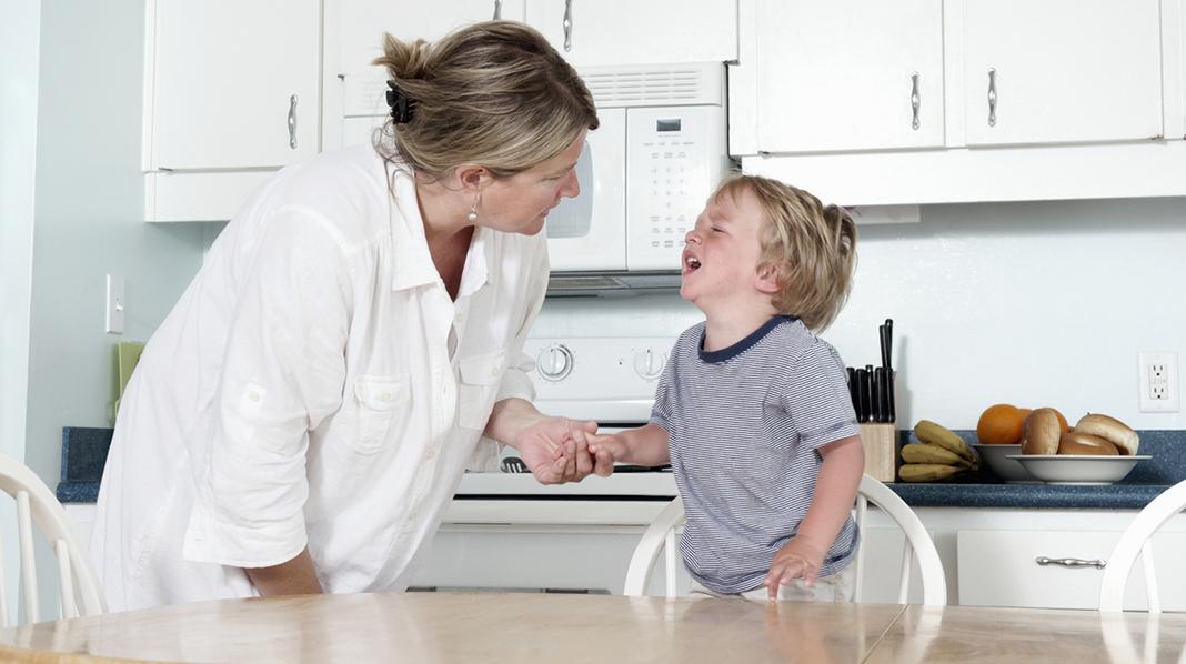 Forståelsesfull eller streng? Eller begge deler hvis barnet går i vranglås? Illustrasjonsfoto: iStock