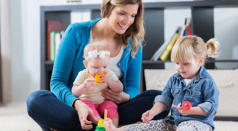 Selv om du blir hjemme med små barn, og ikke har inntekt, får du en liten pensjonsopptjening i folketrygden. Illustrasjonsfoto: iStock