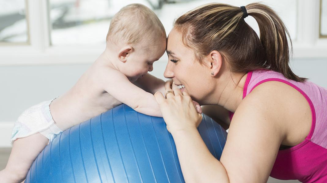 Det er ofte nybakte mødre som sliter med delte magemuskler. Illustrasjonsfoto: iStock