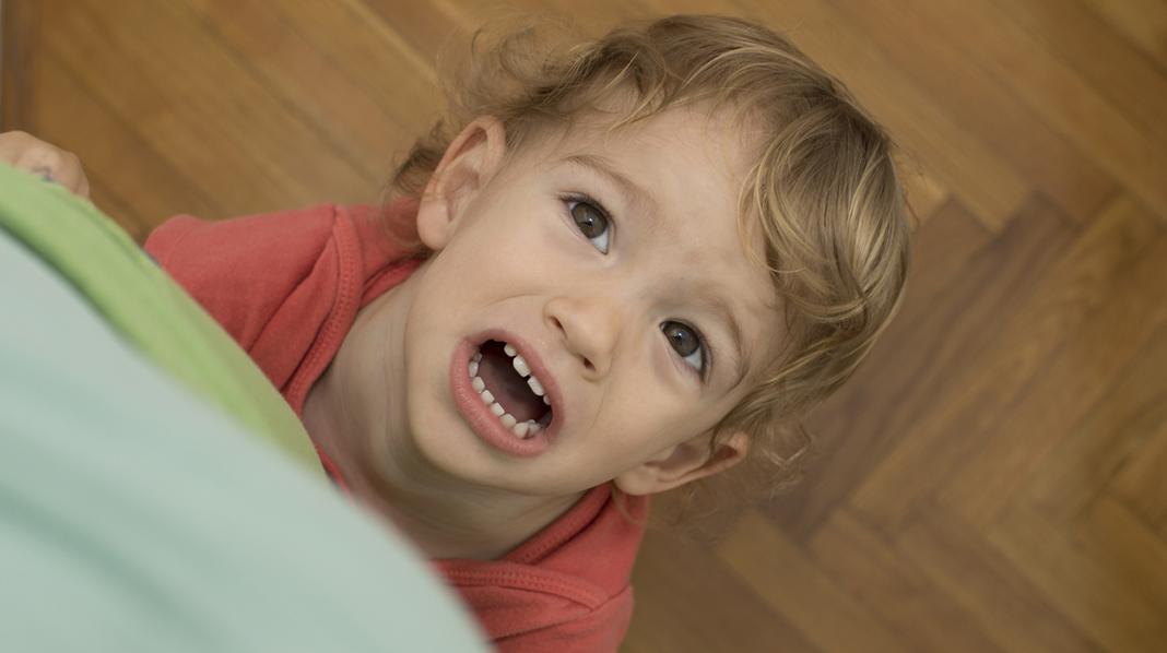 Det kan være irriterende når barna henger i føttene, gråter for alt og vil ha mye oppmerksomhet. Men en dag vil du kanskje savne at noen trenger deg på denne måten. Illustrasjonsfoto: iStock