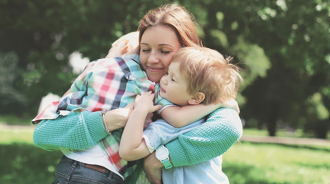 Hva skal til for at ditt barn føler seg lykkelig? Kanskje er en viktig ting at de blir sett og tatt imot når de kommer hjem. Illustrasjonsfoto: iStock