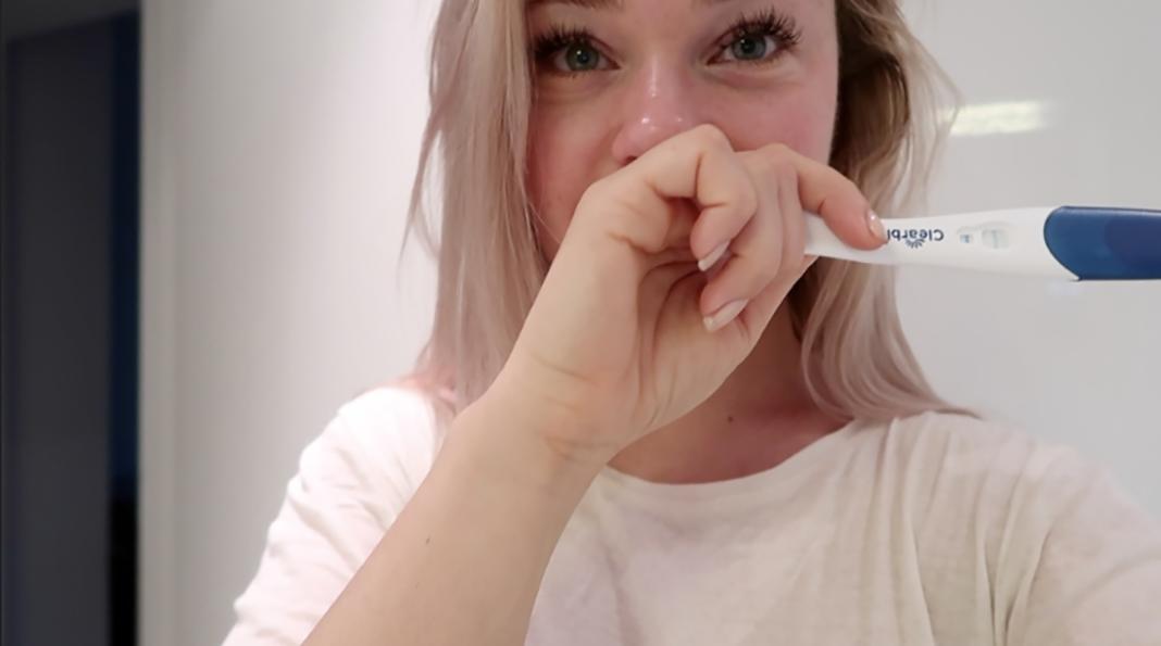 Tårene renner – en lenge etterlengtet positiv graviditetstest. Alle bilder er hentet med tillatelse fra bloggen heleneragnhild.blogg.no