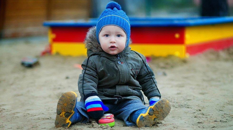 Hvor mye skal barnet egentlig ha på seg før vinteren setter inn for fullt? Illustrasjonsfoto: Shutterstock