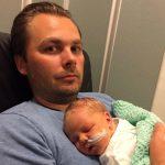 Henning og pappa Jarle på sykehuset. Foto: privat