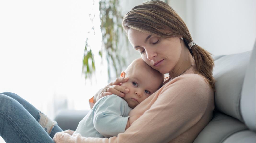 Små barn med omgangssyken kan fort bli slappe og uttørket. Sørg for at de små får i seg nok væske. Illustrasjonsfoto: iStock